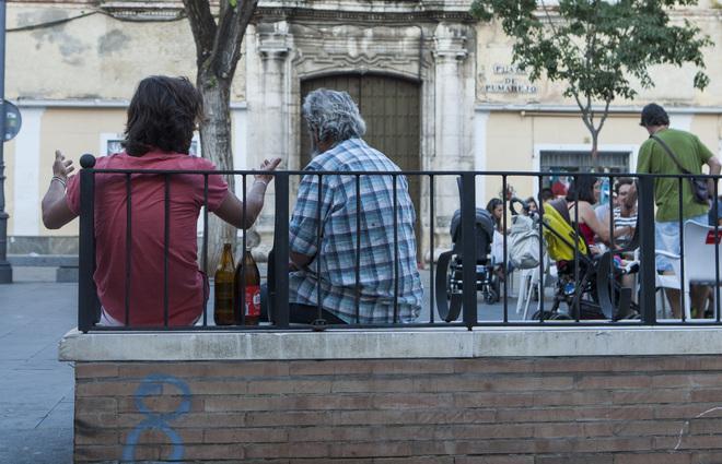 Bancos con reposa-brazos en la Plaza del Pumarejo, como los que quieren repartir por todo el entorno.