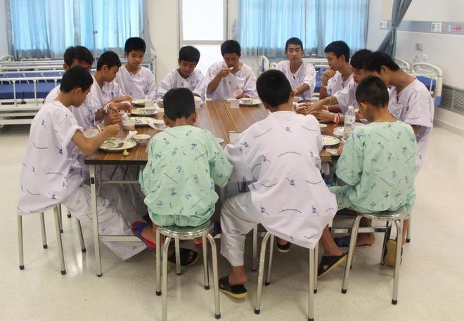 Los niños atrapados en la cueva de Tailandia abandonan el hospital