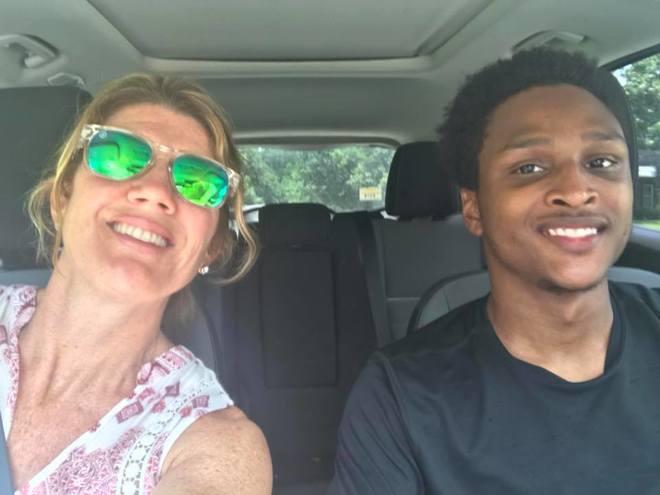Walter, junto a una emocionada Jenny Hayden en su nuevo coche.
