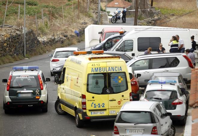 Los servicios de emergencias, ante la casa donde fueron hallados los cuerpos.