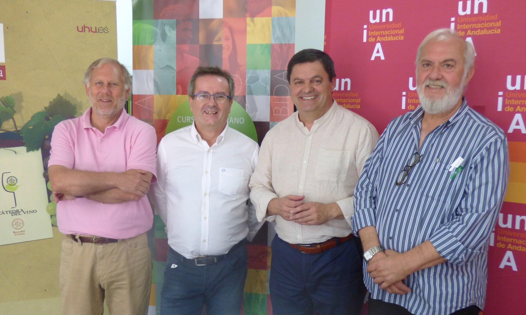 Agustín Lara en compañía de los responsables y ponentes del curso sobre vino.