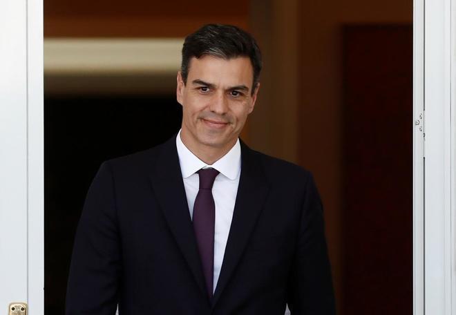 El presidente del Gobierno, Pedro Sánchez, a las puertas de Moncloa