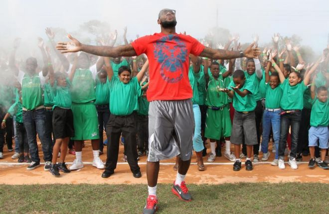 LeBron James, junto a decenas de niños, en un recinto de su fundación en Florida.