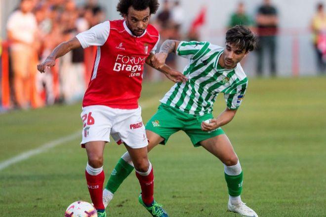 Primer alboroto para el Betis con el VAR: Tres expulsados en el Braga y varios amagos de retirada