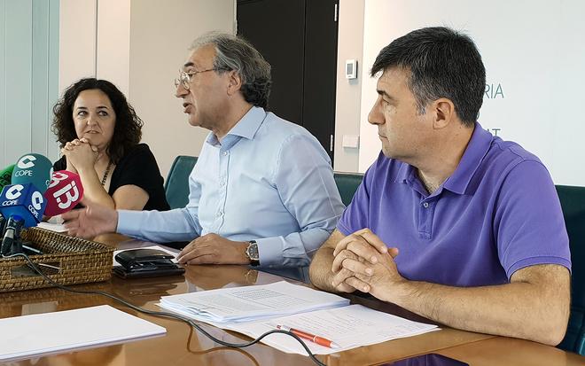 El conseller de Educación y Universidad, Martí March -en el centro-, en la rueda de prensa de ayer.