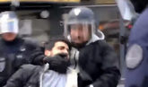 El jefe de Seguridad de Macron, Alexandre Benalla, equipado con un...