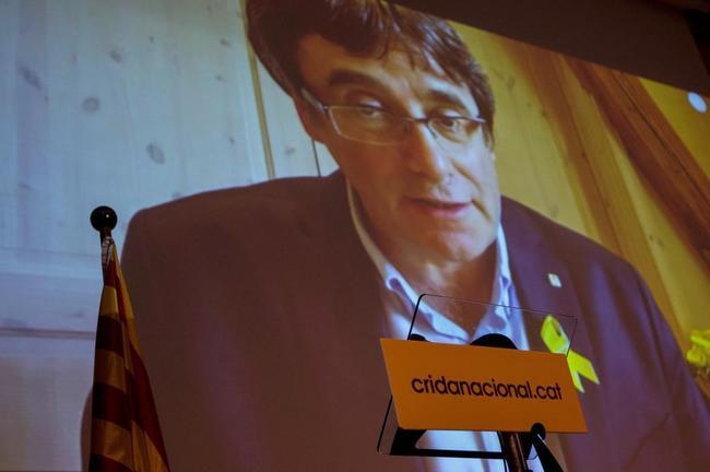 Carles Puigdemont, en la pantalla, durante la presentación de la...