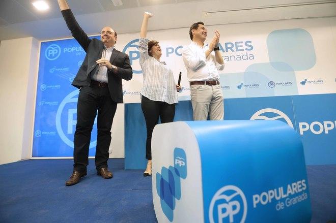 Sebastián García, secretario del PP de Granada, junto a Sáenz de Santamaría y Juan Manuel Moreno.