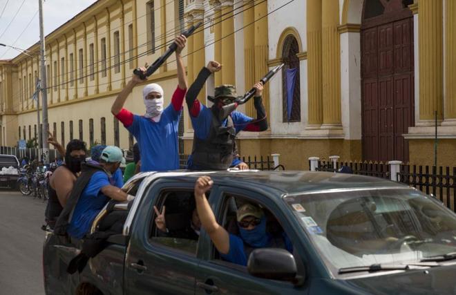 Paramilitares vigilan las calles en la ciudad de Masaya (Nicaragua).