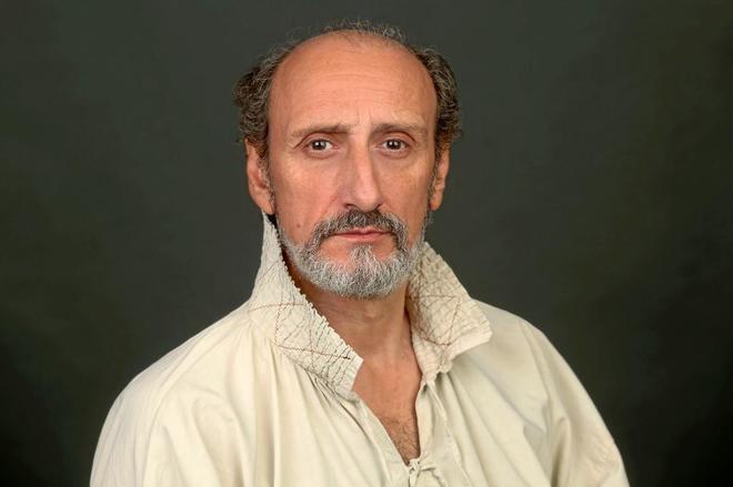 El actor José Luis Gil, caracterizado del espadachín Cyrano.