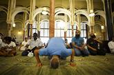 Un momento de rezo del viernes, en la mezquita de la M-30 de Madrid.