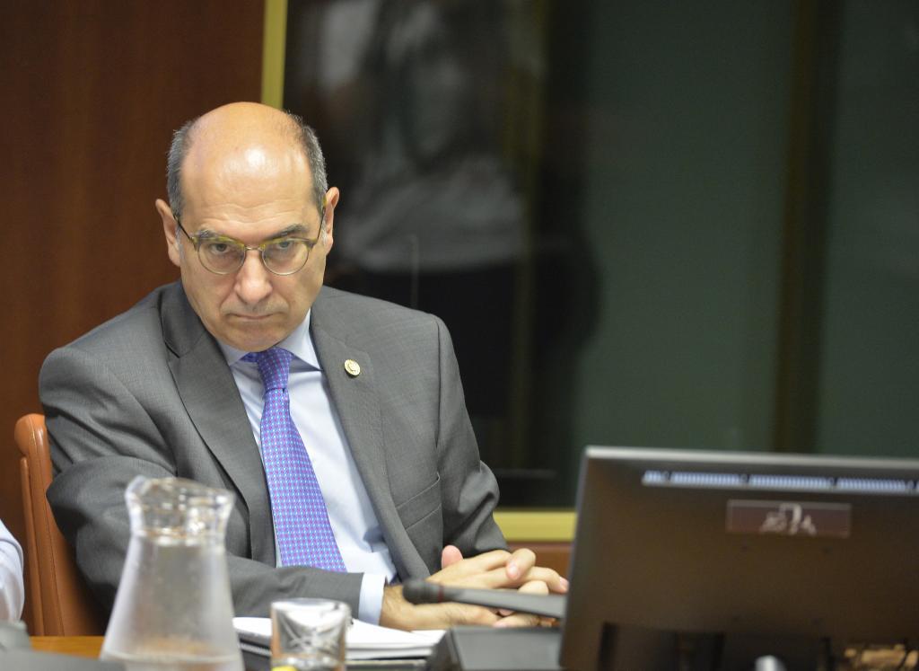 El consejero de Salud, Jon Darpón, durante la comparecencia.