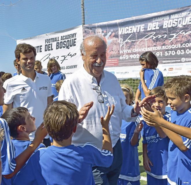 Del Bosque visitó ayer a los niños que participan en su campus en el colegio Ágora Portals.