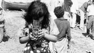 'La singla con cámara de fotos' (1963) de Colita, portada del libro.