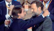 José María Aznar abraza a Mariano Rajoy en la sucesión de la...