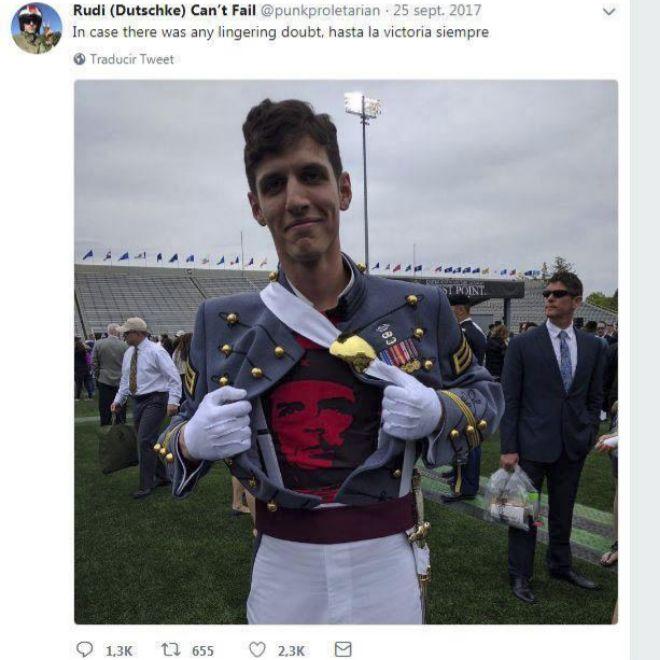 El ex cadete Spenser Rapone muestra una camiseta del 'Che' en su graduación