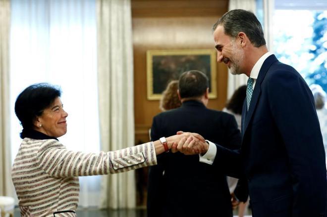La ministra portavoz, Isabel Celaá, con Felipe VI el pasado lunes antes del Consejo de Seguridad Nacional.