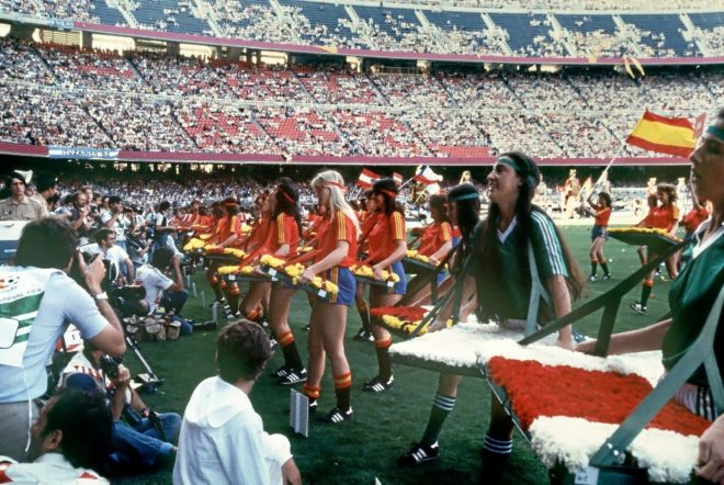 EL 'AÑO NARANJITO'. La celebración del Mundial en España supuso un gran chute de alegría para el conjunto de la ciudadanía;el país abrazaba el color y todo se teñía de rojo, dentro y fuera de los campos.