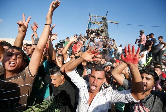 Palestinos fuera del puesto de Hamas golpeado por el bombardeo.
