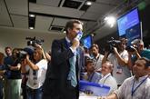 El candidato a la presidencia del PP, Pablo Casado, besa su credencial...