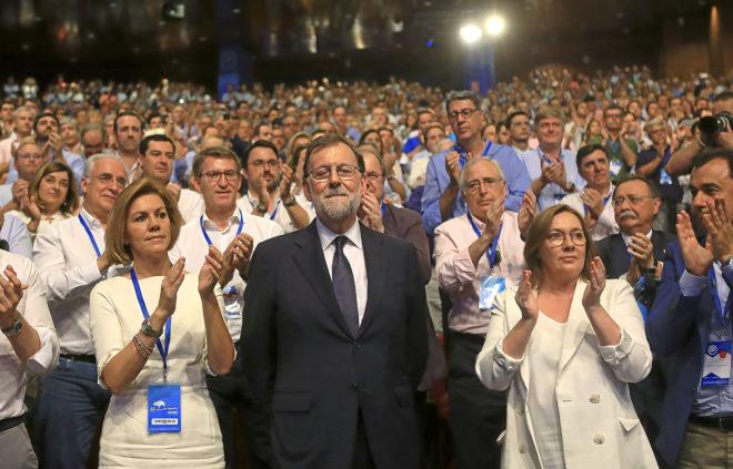 El ex presidente del Gobierno, Mariano Rajoy, recibe el aplauso del PP