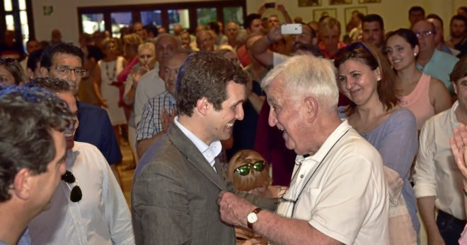 El candidato a la presidencia del PP, Pablo Casado, con el ex president balear Biel Cañellas, en su visita a Palma el pasado lunes.