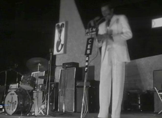 Un traje blanco sin bolsillos y un empujón al escenario: 50 años del tímido debut de Julio Iglesias en Benidorm