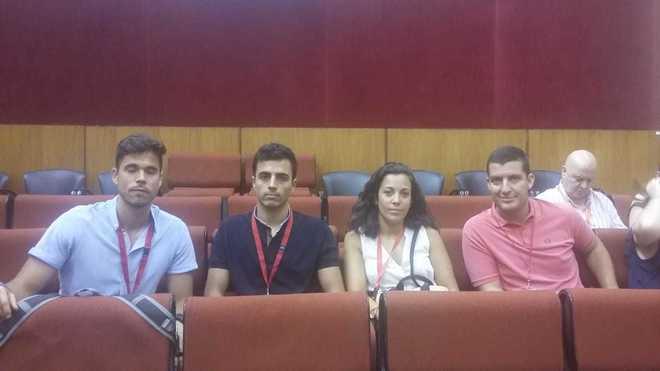 Cuatro de los profesores de Educación Física bilingüe expulsados de la bolsa por un error de la Junta, durante su visita al Parlamento andaluz..