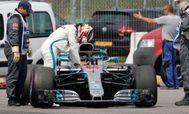 Hamilton, abatido, tras la avería de su W09 en Hockenheim.