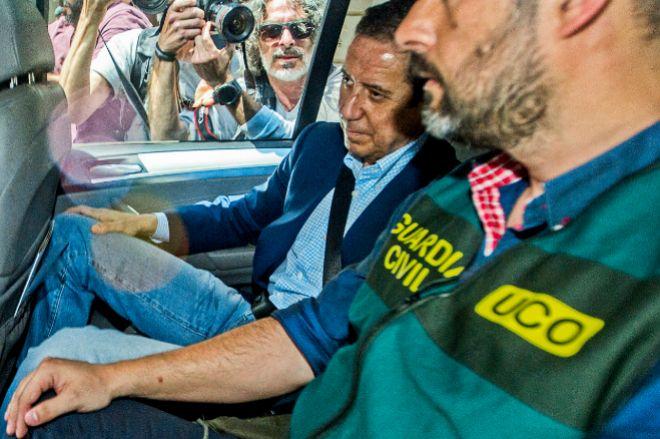 Eduardo Zaplana junto a un agente de la Uco el día de su detención.