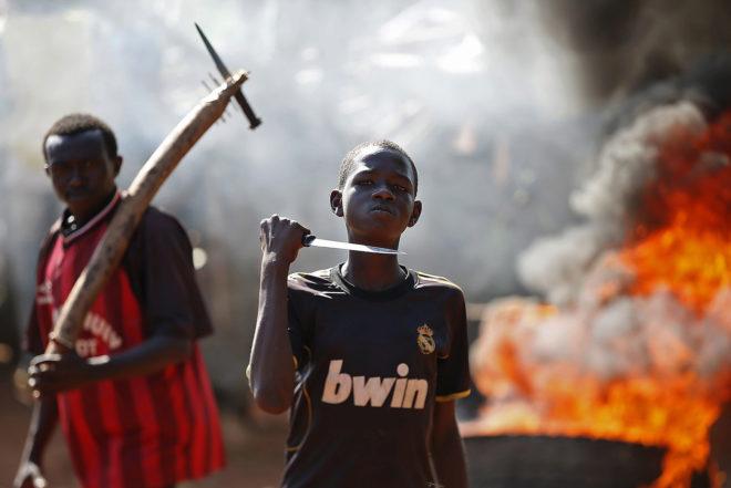 Un niño amenaza con un cuchillo frente a una barricada, durante una protesta, en Bambari.