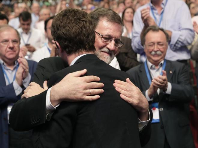 Mariano Rajoy abraza a su sucesor como presidente del PP, Pablo Casado
