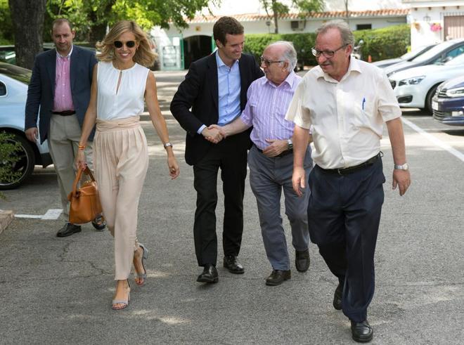 Pablo Casado junto a su mujer Isabel Torres saluda a unos simpatizantes