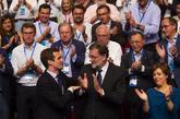 Pablo Casado celebra su triunfo en presencia de Mariano Rajoy