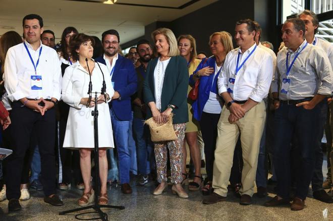 Juanma Moreno junto a dirigentes del PP y Soraya Sáenz de Santamaría