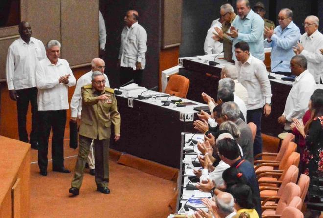 El presidente de Cuba, Miguel Diaz-Canel, aplaude precedido por Raúl Castro.