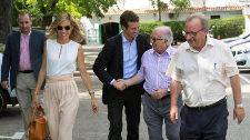Pablo Casado junto a su mujer Isabel Torres saluda a unos...
