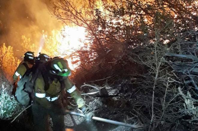 Un incendio en Casares obliga a desalojar una decena de