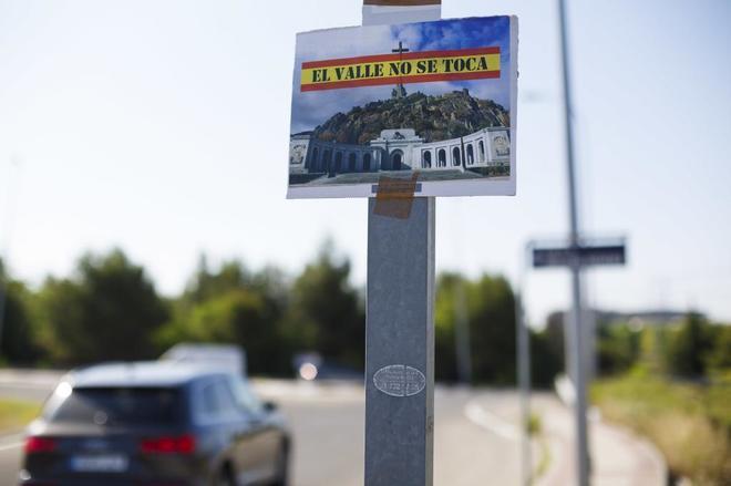 Carteles en contra de la exhumación de Franco del Valle de los Caídos
