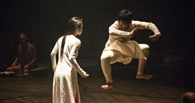 Akram Khan baila sobre la sequoia
