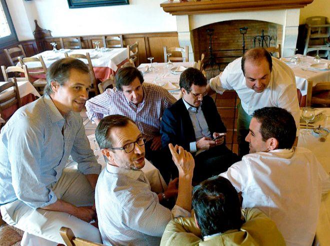 Pablo Casado, junto a su equipo, en la comida después de ser nombrado presidente del PP