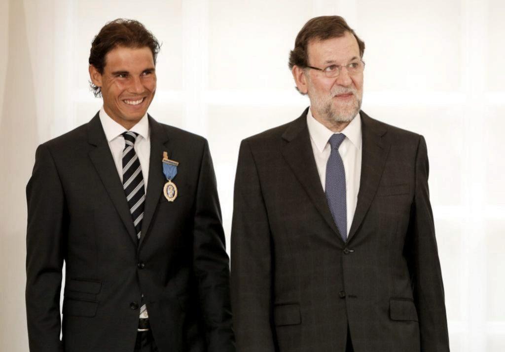 El ex presidente Mariano Rajoy y el tenista Rafa Nadal al recibir la Medalla al Mérito en el Trabajo.