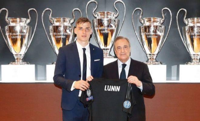 Lunin y Florentino Pérez posan en la sala de trofeos del Bernabéu.