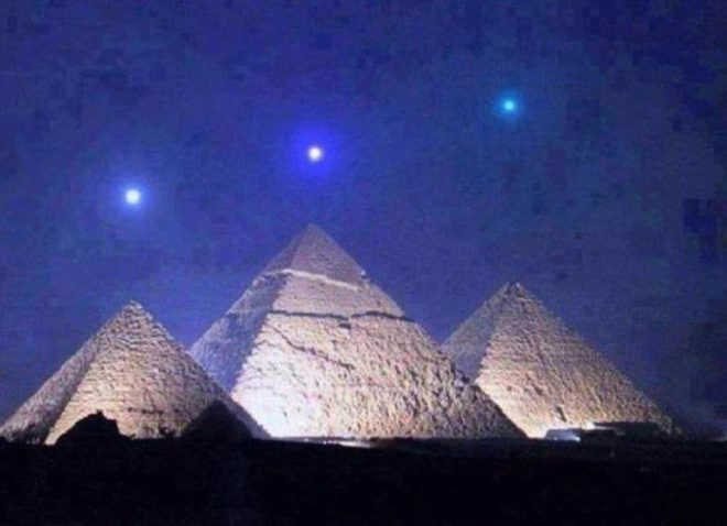 Falsa imagen viral de tres planetas alineados con las pirámides de...