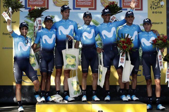 El equipo Movistar posa en el podio del Tour de Francia.