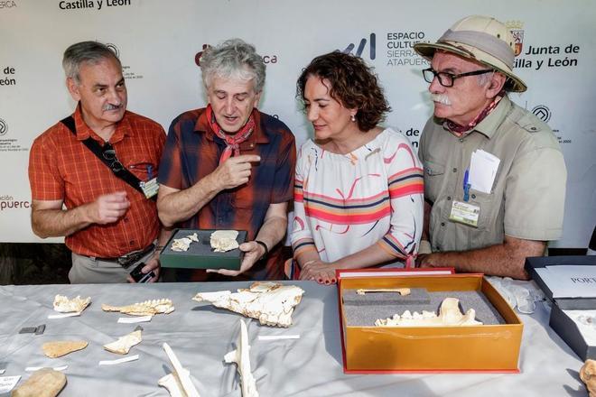 Los directores de las excavaciones arqueológicas de la sierra de...