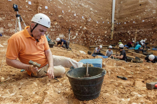 Unos arqueólogos trabajan en el yacimiento de Gran Dolina en la...