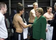 El 8 de octubre de 2010, Angela Merkel saludó a Özil en el vestuario tras el triunfo alemán ante Turquía.