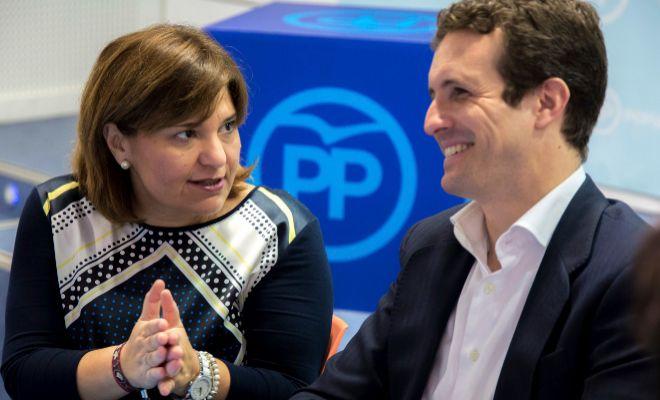 La presidenta regional del PPCV, Isabel Bonig, junto a Pablo Casado