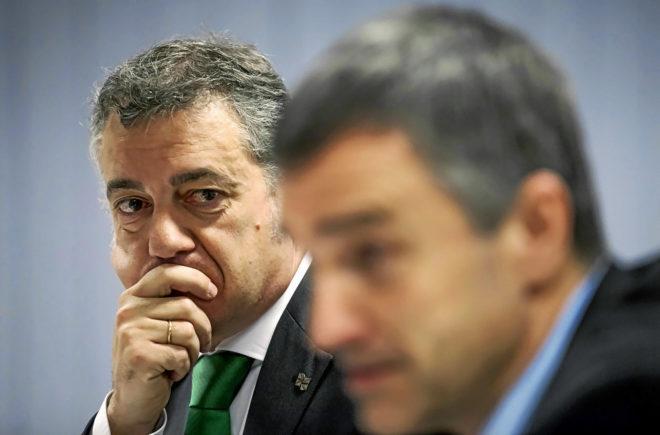El 'lehendakari' Iñigo Urkullu observa a su secretario general de...